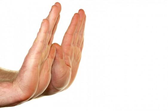 Acercamiento a manos de una persona que muestra las palmas