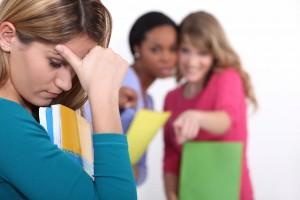 Adolecente siendo criticada por otras adolecentes