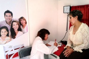 Paciente observa a médica escribir receta