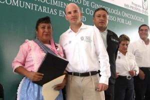 Mujer campesina al lado del Director General del IMSS