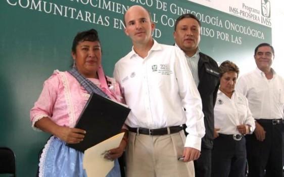 Mujer campesina al lado de José Antonio González Anaya