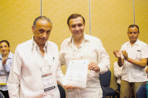 Jorge Arturo Cardona Pérez y Francisco Ignacio Ortiz Aldana mostrando documento