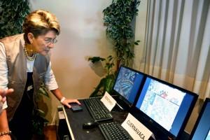 Mercedes Juan enfrente de de monitores de computadora