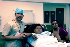 Roberto Carlos Cisneros de Ajuria con paciente menor de edad y su madre