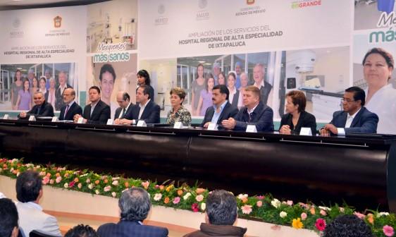 Funcionarios en una mesa en la presentación de ka ampoliación del Hospital Regional de Alta Especialidad de Ixtapaluca