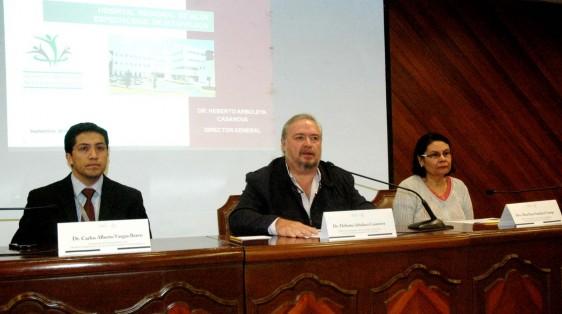 Carlos Alberto Vargas Bravo, Heberto Arboleya Casanova y Alma Rosa Sánchez Conejo sentados en conferencia de prensa