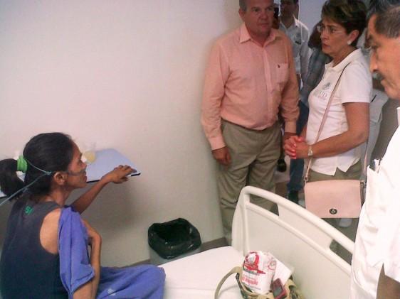 Mercedes Juan conversando con una paciente