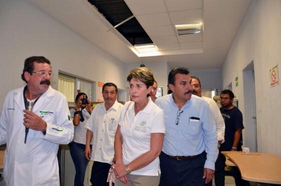 Mercedes Juan y funcionaris en el pasillo de un hospital