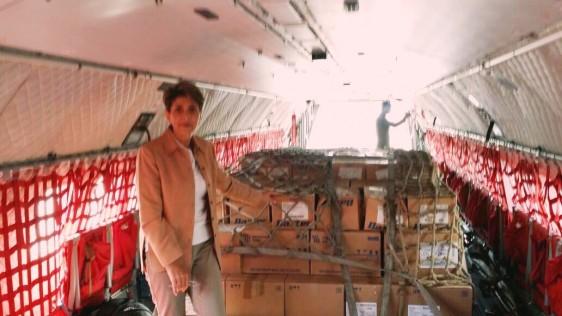 Mercedes Juan, en el interior de un avión con medicamentos