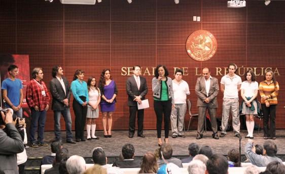 Grupo de teatro escuchando presentación en el  auditorio Octavio Paz del Senado de la República