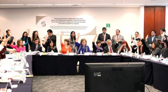 Senadores levantando la mano