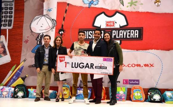 Jesús Armando García Gómez recibiendo premio
