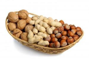 Aparte de proveer proteína vegetal y ácidos grasos insaturados, las nueces proveen otros nutrientes que pueden mejorar los factores de riesgo.