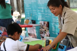 Maestra enseñando a niño un experimento