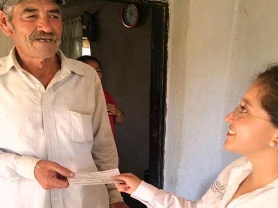 Persona recibiendo documento de una empleiada del sector salud