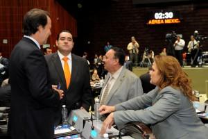 Silvano Aureoles Conejo y Margarita Elena Tapia Fonllem conversando con otros diputados