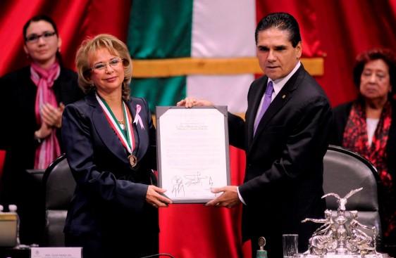 """Silvano Aureoles Conejo entrega Medalla al Mérito Cívico """"Eduardo Neri y Legisladores de 1913"""" a Olga María del Carmen Sánchez Cordero Dávila"""