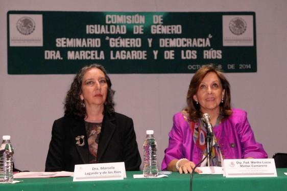 Marcela Lagarde y de los Ríos y Lucía Mícher Camarena sentadas en una mesa