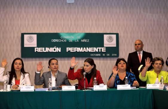 La Comisión de Derechos de la Niñez con mano levantada