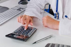 Médico usando una calculadora