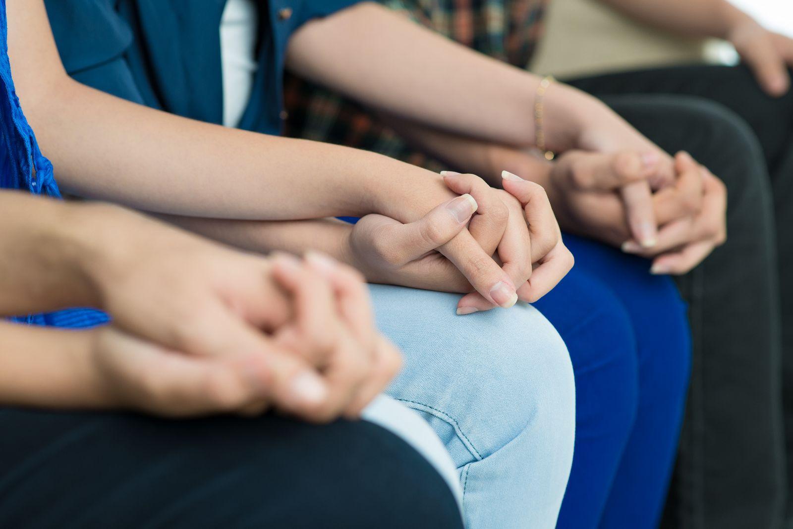 Acercamiento a manos de pesonas agarradas de las manos