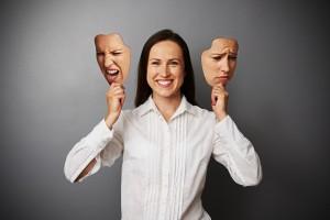 mujer con dos mascaras