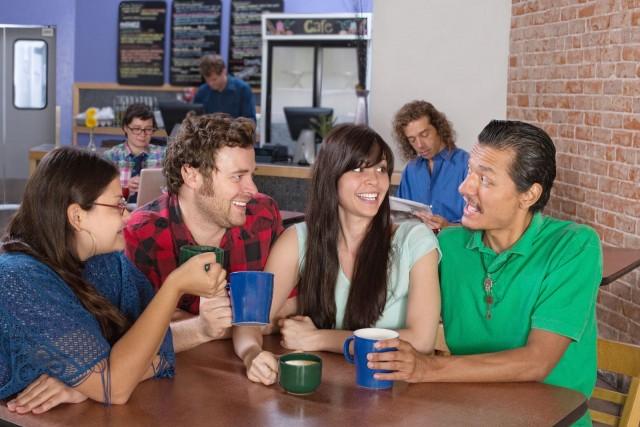 Grupo de amigos conversando en una cafetería