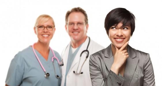 Mujer pensando con una sonrisa y al fondo dos médicos observandola