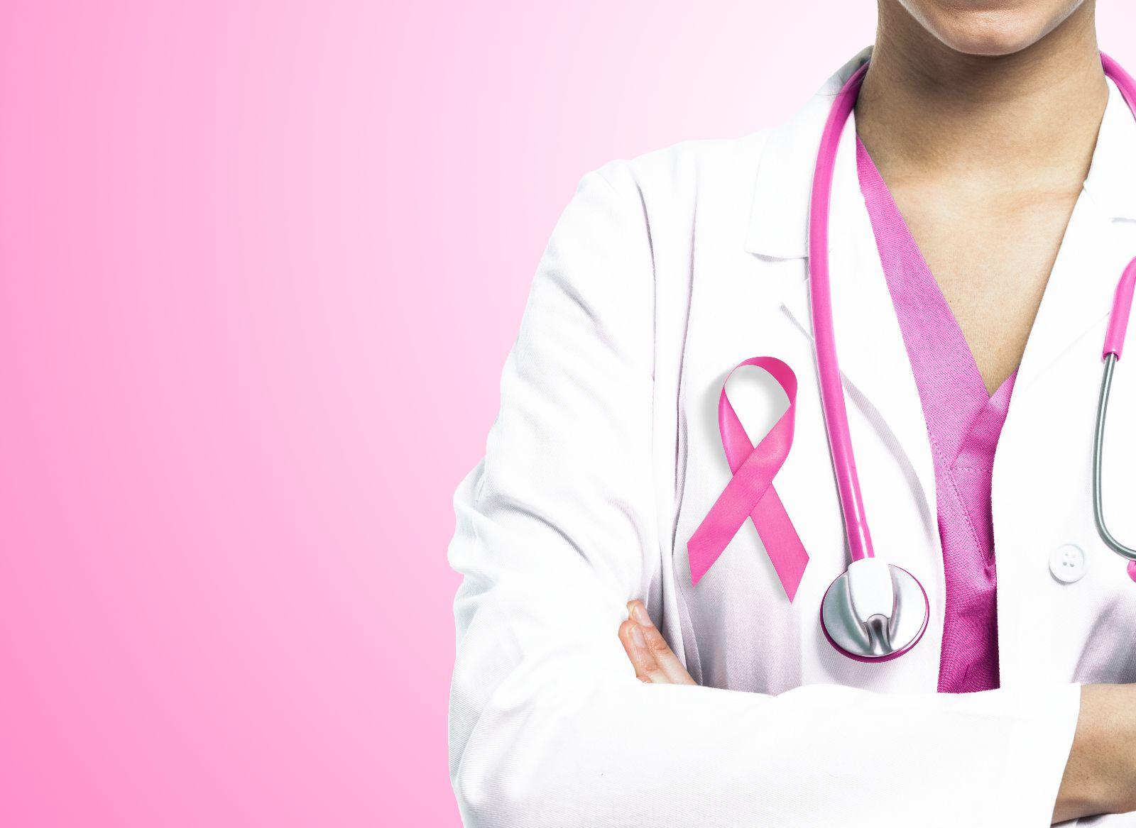 Enfermera con estetoscopio rosa y moño rosa