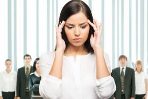 mujer en estrés con las manos en su cabeza