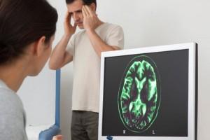 Doctora observa encefalograma con un paciente