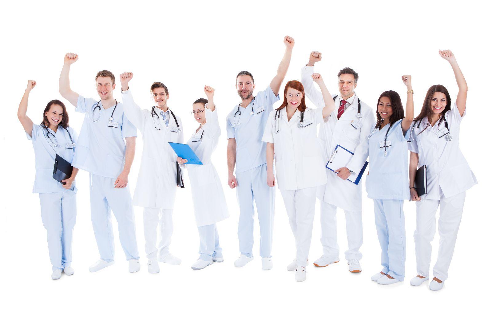Médicos con la mano en alto y expresión de alegría