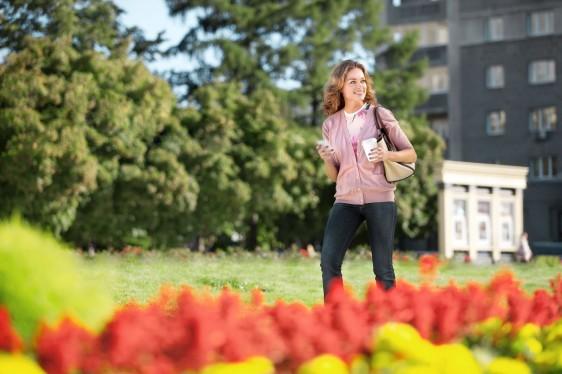 Mujer caminando en el parque en un día soleado
