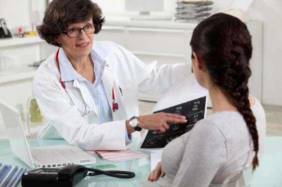 Doctroa explicando a mujer en un consultorio