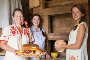 Mujeres trabajando en la cocina