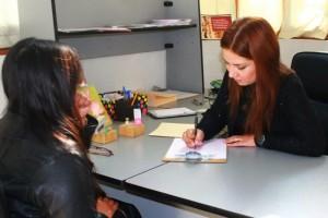 Patsy Ordóñez, fundadora y directora de la Fundación Nacional para el Cáncer Cervicouterino toma datos a una paciente