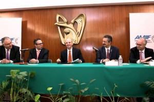 Funcionarios de IMSS y AMIIF en una mesa de trabajo