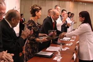 Mercedes Juan y José Antonio González Anaya entregrand reconocimiento