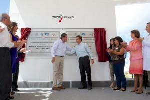 A la derecha el gobernador Miguel Márquez Márquez y a la izquierda Presidente Peña Nieto revelando una placa
