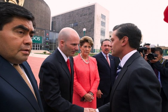 Enrique Peña Nieto saluda a José Antonio González Anaya al lado de Mercedes Juan