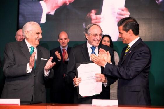 David Kershenobich Stalnikowitz recibe de Enrique Peña Nieto docuemu