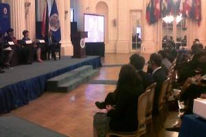 Mercedes Juan exponiendo a Ministros de Salud de las Americas