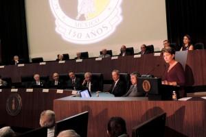 Mercedes Juan en podium de la Academia Nacional de Medicina