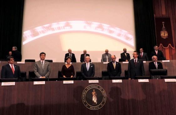 Funcionarios de pie en la Clausura del Congreso Conmemorativo del 150 Aniversario de la Academia Nacional de Medicina
