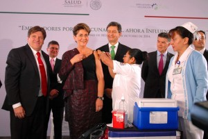 Enfermera aplica vacuna a Merceds Juan siendo observada por Pablo Kuri Morales y Héctor González Iñárritu