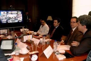 Funcionarios observando pantalla de videoconferencia