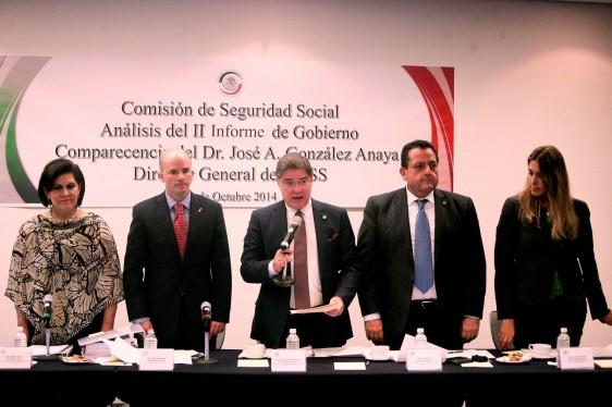 Senadores de la Comisión de Seguridad Social.de pie con José Antonio González Anaya, Director General del IMSS