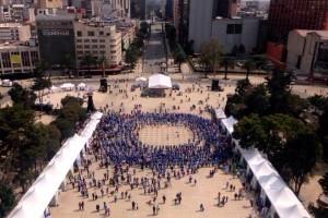 Personas en la plaza del Monumento a la revolución forman Círculo Azul