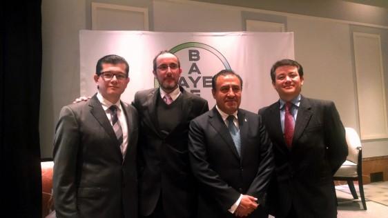 De Izquierda a derecha. Dr. Juan Francisco Moreno Hoyos, Dr. Luis Bojórquez, Paciente Sr. Pablo Trejo y Dr. Sergio López Estupiñán