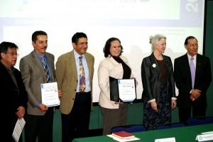 Ganadores acompañados de funcionarios de CINVESTTAV y Neolpharma